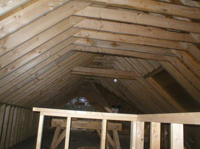 轻型木结构屋架的下部,施工现场.