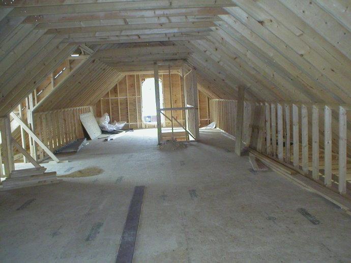 轻型木结构屋架的下部,施工现场. 轻型木结构屋架的下部,施工现场.